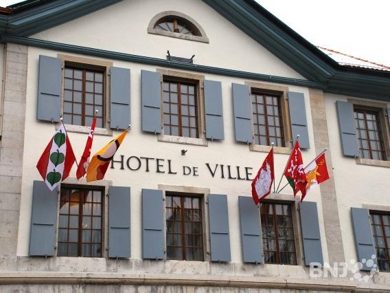 Nouveaux drapeaux à Moutier HteldevilleMoutier